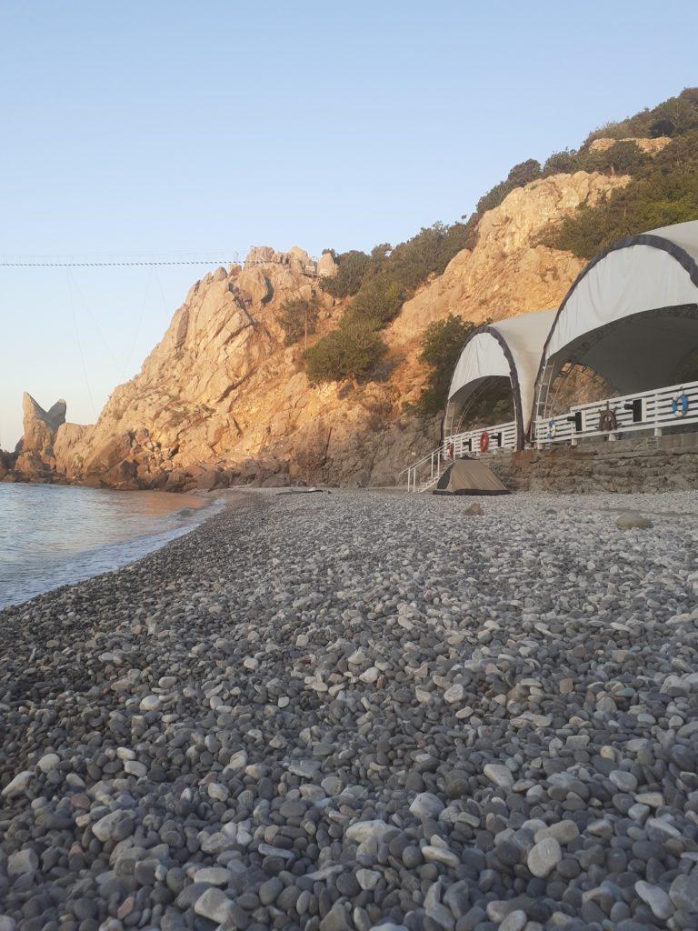 Фото пляжа у скалы Дива, диско-бар Фрегат