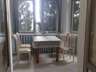Фото квартиры-студии, выход на балкон